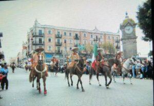 シンコ デ マヨ パレード馬に乗り練り歩く画像