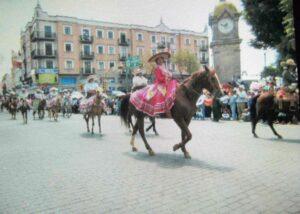 シンコ デ マヨ 民族衣装で馬に乗るメキシコ人女性画像