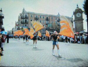 シンコ デ マヨ 旗振りパレード画像