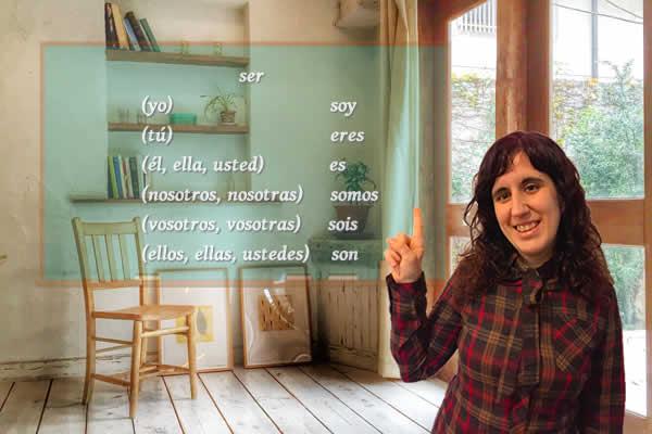 カロリーナ先生がスペイン語のser動詞を指さす写真